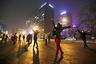 Пекинский смог не мешает упражнениям на улице. Женщины в масках ежедневно занимаются танцами прямо на улице столицы.
