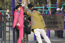 Китайцы любят заниматься йогой и гимнастикой прямо на улице. На фото мужчина помогает девушке выполнить вертикальный шпагат в одном из парков Пекина.