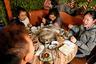Из-за разнообразия китайской кухни в разных регионах страны вкусы людей сильно различаются. Эта компания ест блюда на основе зловонного фрукта дуриана, популярного в Юго-Восточной Азии