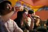 Группа молодых китайцев поет в караоке-клубе в Шанхае — экономическом центре страны, ночная жизнь которого претендует на звание самой разнообразной.