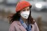 Из-за плохой экологической ситуации в многих городах КНР большинство китаянок на улице носят маски-респираторы. Многие покупают весьма продвинутые и даже дизайнерские модели.