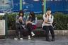 Как и в других азиатских странах, китайская молодежь не может жить без смартфона. На фото девушки ждут автобуса в Чжухае, провинция Гуандун.