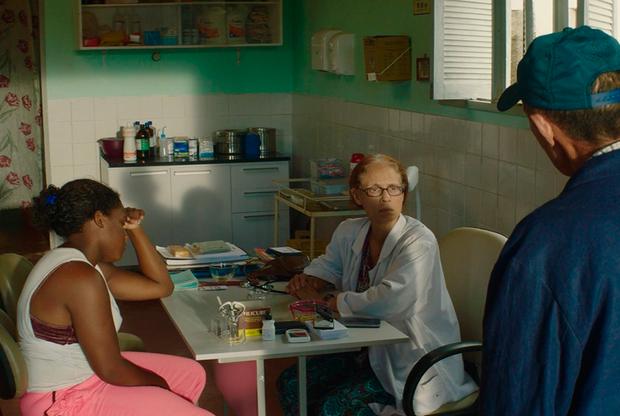 Бразилец Клебер Мендонса Фильо стремительно ворвался в элиту мирового авторского кино — на это у бывшего критика ушло всего два полных метра, второй из которых, проникнутая политическими аллюзиями драма о рынке недвижимости и отказывающейся идти у него на поводу писательницы «Водолей», несколько лет назад уже участвовала в Каннском конкурсе и была затем горячо принята по всему миру. Новый фильм Мендонсы Фильо, снятый в соавторстве с его постоянным художником-постановщиком Жулиано Дорнелем, похоже, работает на небанальном стыке жанров — это история режиссера-документалиста, который обнаруживает опасные тайны в быту жителей деревни, где он снимает свое новое кино.