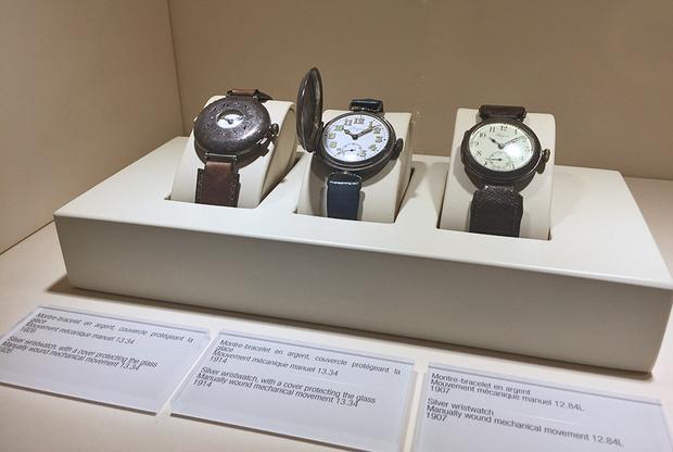 Офицерские часы Longines с защитной крышкой с центральным отверстием (слева)