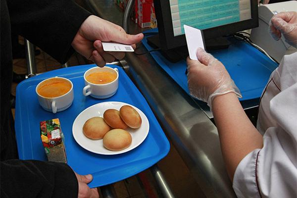 Российских чиновников обяжут есть в школьных столовых за