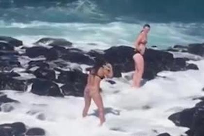 Гигантская волна покалечила позировавших в купальниках туристок