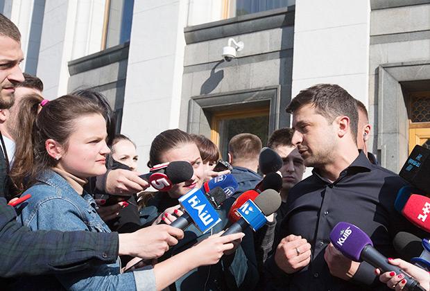Избранный президент Украины Владимир Зеленский во время брифинга по итогам встречи с лидерами фракций Верховной Рады