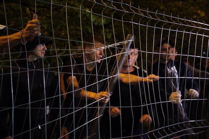 Сотни россиян снова снесли забор у стройплощадки храма