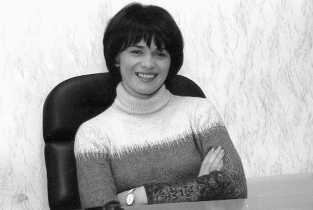 Оксана Лабинцева считала себя не только привлекательной девушкой, но и королевой бизнеса. Ее избранником был тольяттинский бизнесмен Алик Гасанов, который, по некоторым данным, был связан с Рузляевской ОПГ и мог спонсировать группировку. <br></br> Сама Оксана родилась в украинском городке Сумы, окончила восемь классов и поступила в техникум — но встреча с Гасановым стала для нее настоящей путевкой в красивую жизнь. Вероятно, Лабинцева догадывалась, что ее муж может быть связан с криминалом — но это ничуть не мешало ей роскошно одеваться и ездить на кабриолете, благодаря деньгам Гасанова. <br></br> Сказка закончилось в 1996 году, когда Гасанова застрелили на пороге ресторана, где тот праздновал день рождения. После гибели бизнесмена стало известно, что за ним остался колоссальный по тем временам долг в 100 миллионов рублей. При этом Лабинцева заявила права на бизнес погибшего мужа — и начала получать угрозы от его конкурентов и кредиторов. В 2000 году Оксану расстрелял нанятый конкурентами киллер — им оказался бывший любовник предпринимательницы Андрей Милованов.