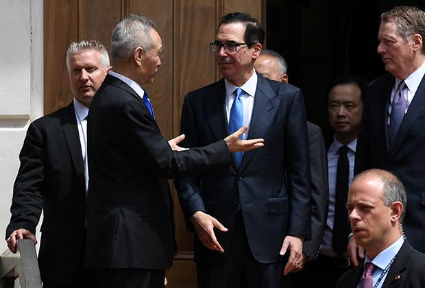 Китайский вице-премьер Лю Хэ, американский министр финансов Стивен Мнучин и торговый представитель США Роберт Лайтхайзер