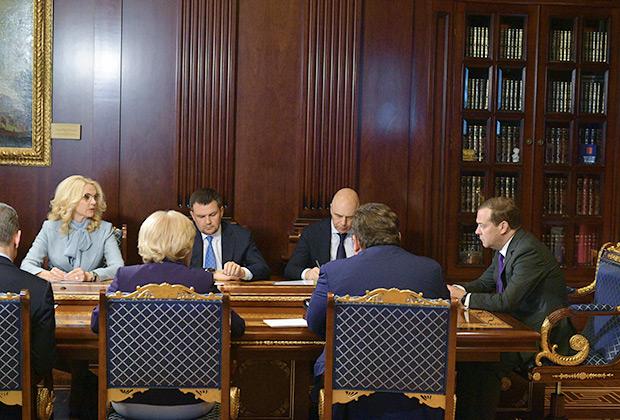 Председатель правительства РФ Дмитрий Медведев на совещании с вице-премьерами