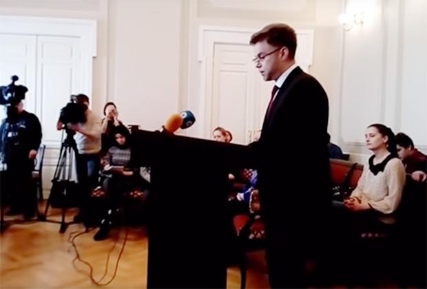 Судья Роман Ярцев выступает в свою защиту в суде