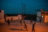 По словам разведчика Мохаммеда Фаузи, городские жители очень помогают военнослужащим. «Но всегда надо помнить, что в одном доме может жить джихадист, а в другом — родственник жертвы ИГ», — сообщил мужчина.