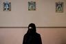 Хадижа пострадала от «возмездия» боевиков ИГ, которые под видом солдат ворвались в ее дом. Двое вооруженных людей обыскали дом, вытащили на улицу ее мужа и двоих его братьев — там террористов ждали 13 сообщников. Они расстреляли мужчин за сотрудничество с правительственными силами. «Честно говоря, я даже плакать не могла», — рассказывает женщина, оставшаяся одна с тремя детьми.