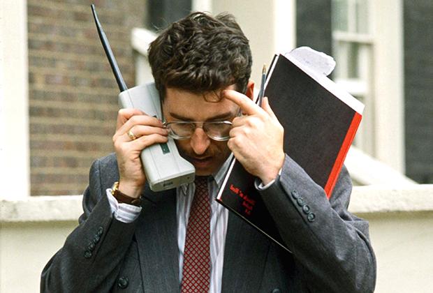В 1980-1990-х годах любой мобильный телефон и пейджер были статусными символами.