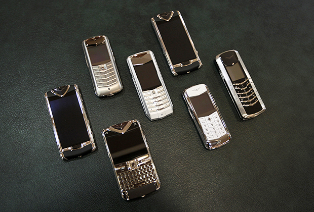 В 2000-е годы телефоны стали массовыми, поэтому специально для богатых людей компанией Nokia был создан бренд Vertu — очень дорогие телефоны с премиальной отделкой корпуса.