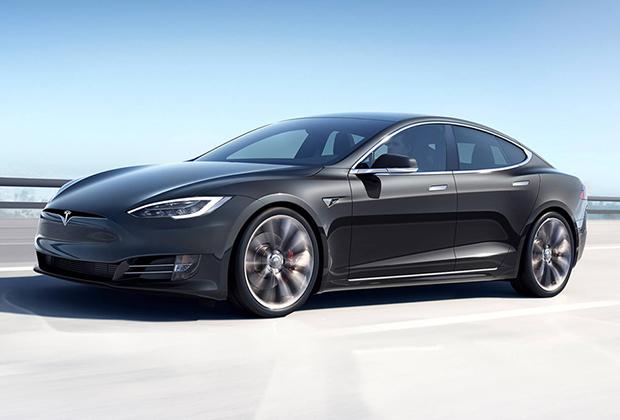 Tesla Model S стала первым автомобилем, который позволил использовать автопилот и держать при этом руки на руле для подстраховки.