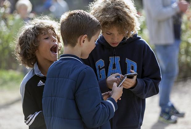 В 2010-е годы смартфон стал такой же обыденностью, как телевизор или стиральная машина. Он есть в жизни детей едва ли не с момента рождения.