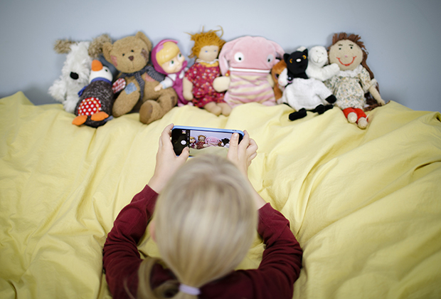 При этом смартфоны есть не только у детей богатых родителей, но и у подрастающего поколения менее обеспеченных слоев населения, что низводит престижность обладания гаджетом до уровня потребления газировки.