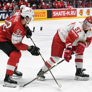 Игрок сборной Швейцарии Гаэтан Хас и игрок сборной России Никита Гусев