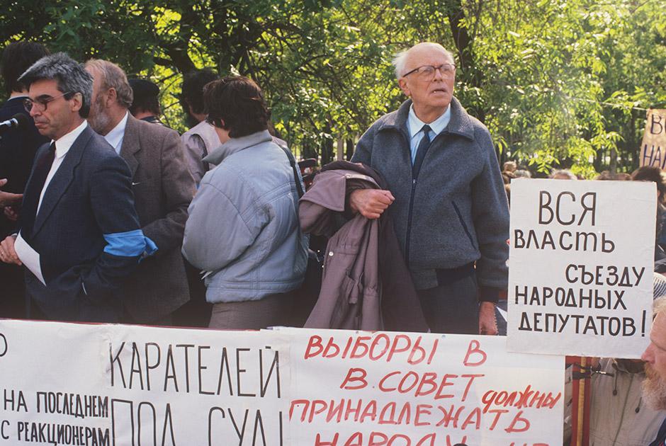 Академик Андрей Дмитриевич Сахаров (справа) на санкционированном митинге в Лужниках в дни работы I Съезда народных депутатов СССР