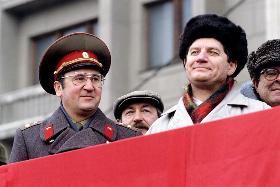 """Полковник Виктор Алкснис (справа) на трибуне во время митинга москвичей, организованного депутатами групп """"Союз"""" и """"Москва"""", трудовыми коллективами, ветеранскими, молодежными организациями за сохранение целостности СССР"""