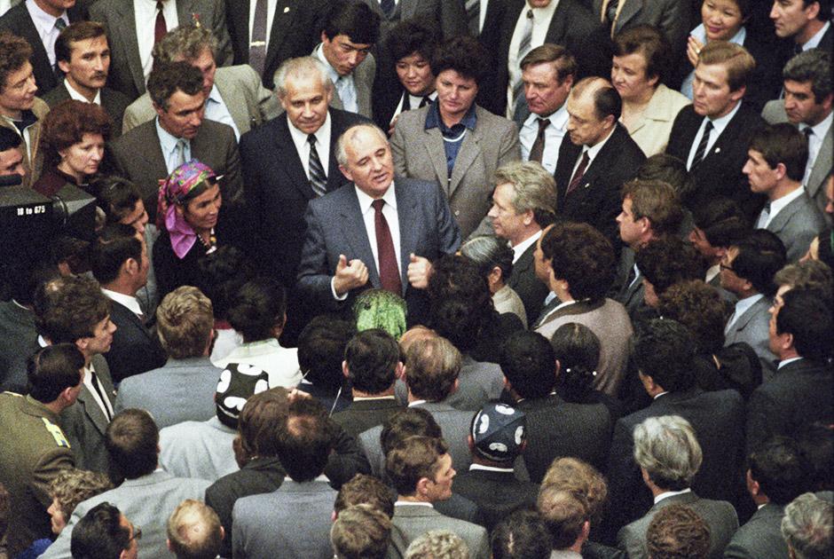 М. С. Горбачев беседует с депутатами в перерыве между заседаниями I Съезда