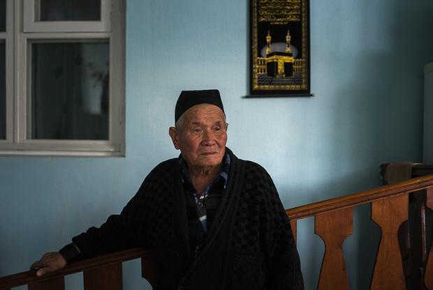Я родился в 40 километрах от Евпатории, село Джаманак, по-русски сейчас — Нива. Нас было пятеро детей, мне было 11, когда началась депортация. Минут 15 дали на сборы, все думали нас стрелять будут. До этого же немцы пока были, евреев стреляли с нами рядом. По соседству с нашей была еврейская деревня. Их люди приходили в наше село, говорили, возьмите наших детей, чтоб живые остались. <br></br> Нас всех собрали около деревни, посадили в машины, разгружали нас сразу в вагон, чтоб не убежали. Были в пути 18 дней, приехали в Узбекистан, Андижанская область. Привезли в кишлак, сразу выгнали на поле хлопковое работать. Часов работы там не было, от восхода до заката трудились. Кнутом били, если кто работать не хотел. Дети маленькие тоже работали. Бригадир — узбек, у них плеть как для лошадей была. <br></br> Отец мой, участник войны, пуля сантиметр до сердца не дошла. Работать он не мог. Мама в это время в больницу попала с дизентерией, была без сознания, когда в себя приходила — все про младшего сына спрашивала. Молоко у нее пропало, самой кушать нечего было и ребенка нечем кормить, братишка грудной умер. Много родственников умерли. Даже могилы не успевали копать, друг на друга клали в общую могилу.  <br></br> Каждый день разговоры были о Крыме. Вот вернемся, вернемся. Но отец и мать мои в Самарканде умерли, так и не вернулись на Родину.