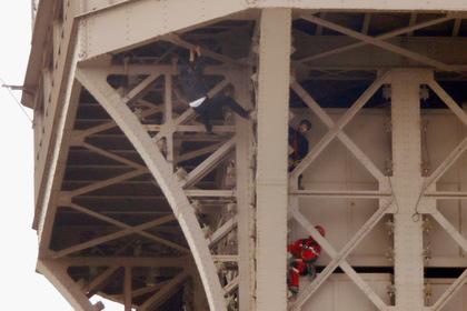 Залезший на Эйфелеву башню мужчина оказался россиянином