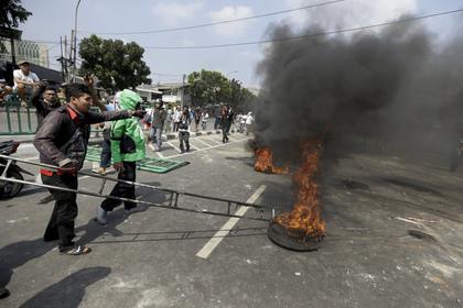 Протестующие в Джакарте жгут автомобильные покрышки