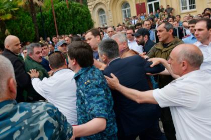 Митинг в поддержку переноса выборов президента Абхазии