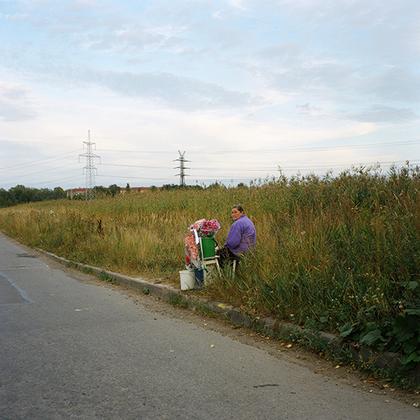Жительница Стрельны продает цветы у супермаркета «Лента». Магазин находится напротив Троице-Сергиевой пустыни, что породило много споров и негативных реакций местного населения из-за изменения ландшафта. Тем не менее «Лента» и строительные магазины рядом пользуются популярностью.