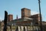 Метро «Нарвская» — начало Петергофской дороги. Бывшая промышленная окраина Северной столицы. На фото — производство «Светлана», единственный завод в Советском Союзе, который производил рентгеновские трубки. На сегодняшний день значительная часть площадей бывшего предприятия отдана под коммерческое использование. Здания на территории построены в стиле конструктивизма и окрашены в красный цвет.