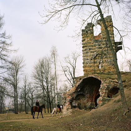 Стрельна. Орловский парк. Руины башни. На территории Орловского парка действует конноспортивный клуб.