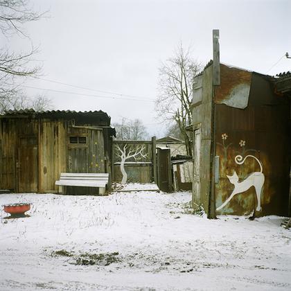 Мартышкино. Как и в прошлом, современные русские умельцы обустраивают свои дворы как усладу для глаз, но по-новому.