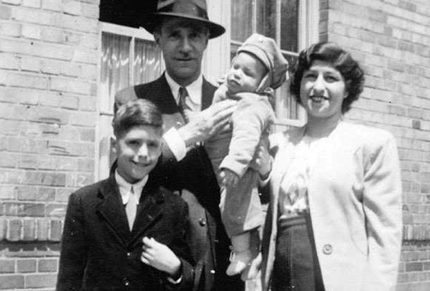 Леннард Дэвис с родителями и старшим братом