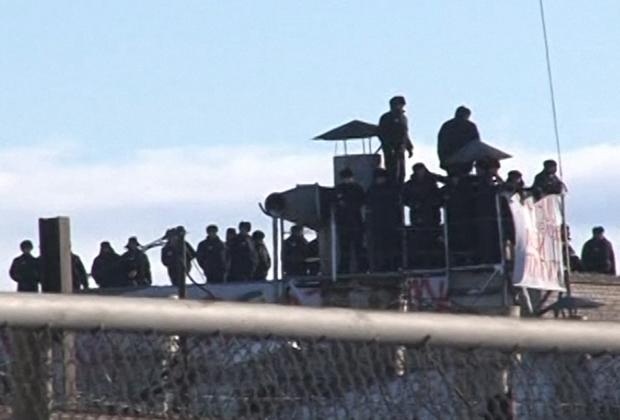 Осужденные на крыше одного из зданий исправительной колонии №6 в Копейске