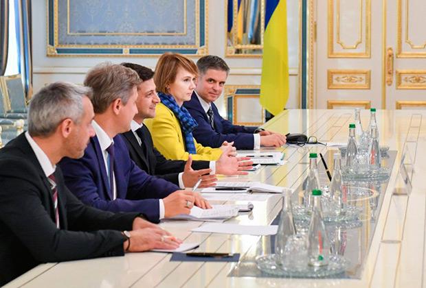 Владимир Зеленский, Елена Зеркаль и Вадим Пристайко на встрече с главами иностранных делегаций