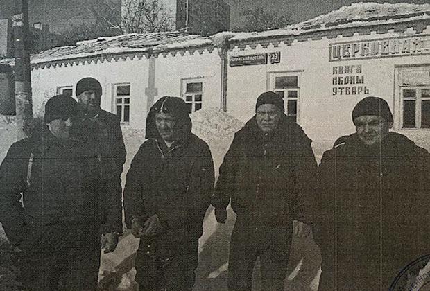 Сотрудники полиции и Георгий Шевченко на месте преступления