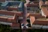 Почти Гарвард. На самом деле новый кампус корпорации занимает девять квадратных километров и может вместить около 25 тысяч сотрудников. Каждый блок здесь назван в честь европейского города — можно найти, например, Париж, Верону и даже Брюгге.