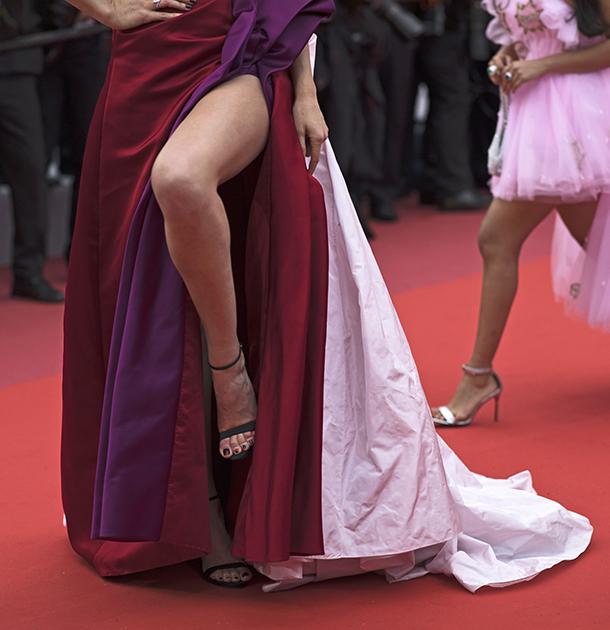 Модель Тони Гаррн, одна из множества экс-подружек Леонардо Ди Каприо, в нынешнем году изменила российской модельерке Ульяне Сергиенко, в платьях которой она обычно появлялась в Каннах, и надела наряд из тафты от Ralph and Russo. Корсаж платья был скроен так смело, что в какой-то момент левая грудь модели выскользнула из него — к полному восторгу фотографов. Впрочем, на другом показе Тони была все же в Ulyana Sergeenko Haute Couture и бриллиантах Messika.