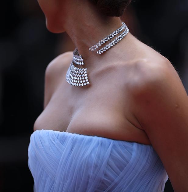 Турецкая актриса Дилан Чичек Дениз блеснула на красной ковровой дорожке колье-«вопросительный знак» с бриллиантами от французской ювелирной марки Messika, лицом которой турчанка выступает уже не первый год.