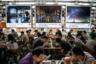 В офисе Huawei множество столовых — одновременно здесь могут обедать до тысячи человек. Голодным никто не останется. Купол одного из фуд-кортов украшен зонтиками — и это тоже очень по-европейски.