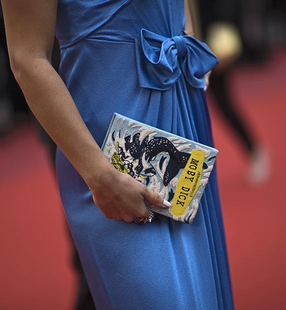 Одна из гостий фестиваля, очевидно, очень любит Мэлвилла: для прохода по красной ковровой дорожке она выбрала клатч в форме книги «Моби Дик» марки Olympia Le-Tan, специализирующейся, в числе прочего, на таких аксессуарах.