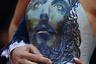 Российская писательница Марианна Россет явилась на показ фильма Джима Джармуша The Dead Don't Die («Мертвые не умирают») в платье с изображением Иисуса Христа на корсаже. Внимание папарацци ей было обеспечено. Супруг писательницы Виталий Россет надел синий бархатный костюм в стиле «люксовые 1990-е».