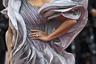 Индийская актриса Хума Куреши для появления на показе «Скрытой жизни» надела платье-«волну» от индийского же бренда Gaurav Gupta и дополнила его украшениями с сапфирами марки Chopard, в том числе роскошными серьгами-шандельерами с камнями, напоминающими капли.