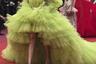 Индийская актриса Дипика Падуконе выбрала для визита на показ фильма Pain and Glory шаловливое платье цвета лайма с множеством тюлевых оборок от Giambattista Valli. В нем она напоминала актрису мюзик-холла. По контрасту с игривой юбкой верх платья был целомудренно закрытым, а на голову актриса надела повязку с цветком лотоса.