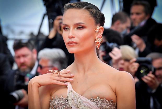 Российская модель Наташа Поли пришла на показ фильма «Боже мой!» (Oh Mercy!) в глубоко декольтированном платье Versace и серьгах Lierre de Paris от Boucheron. Модель привлекла особое внимание светских хроникеров потому, что она появилась на публике менее чем через два месяца после рождения сына.
