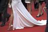 Гостья показа фильма Ладжа Ли Les Miserables («Отверженные») в полном соответствии с избыточной модой 1980-х сочетала обтягивающее атласное платье с золотыми сандалиями на шпильке.