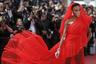 Модель Винни Харлоу появилась на премьере фильма Квентина Тарантино Once Upon a Time in Hollywood («Однажды в Голливуде») в огненно-красном платье со стилизованным головным покрывалом от Jean Paul Gaultier и украшениях швейцарской марки de Grisogono с бриллиантами: серьгах-«веерах» Ventaglio, браслетах Millefoglie и Divina.